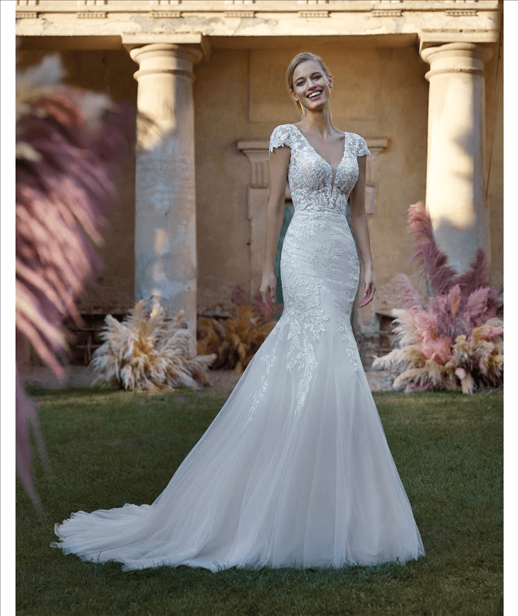 Wonderful semi mermaid wedding dress with tulle skirt and short-sleeved, lace bodice. A gown fit for those who dream of femininity and romance!